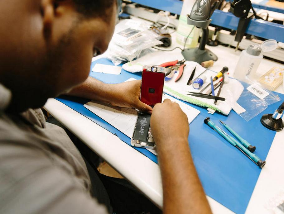 旧物利用 国外iPhone翻修厂什么样?