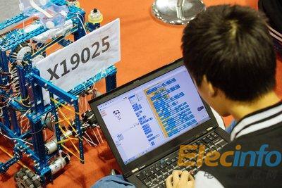 MakeX总决赛现场参赛选手在进行机器人编程