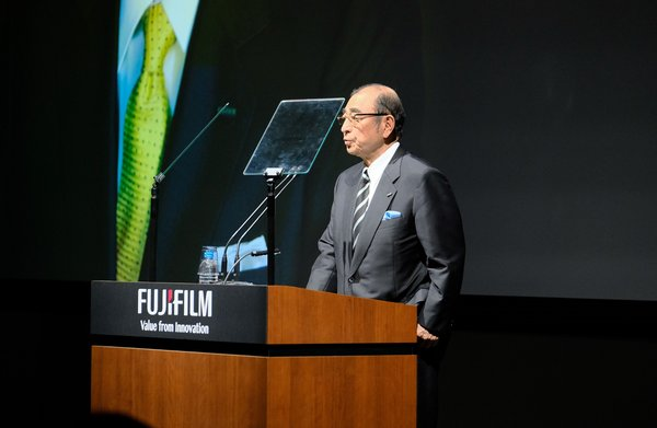 富士胶片发布GFX100无反中画幅数码相机