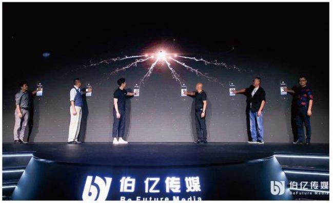 柔宇科技助力伯亿传媒 发布柔性电梯广告屏